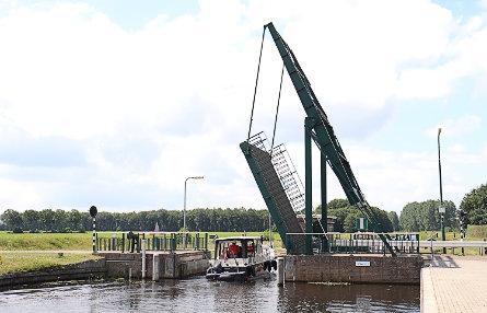 Foto brug over bovenhoofd Sluis II Nijeberkoop