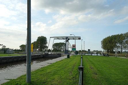 Foto brug over benedenhoofd Dorkwerdersluis