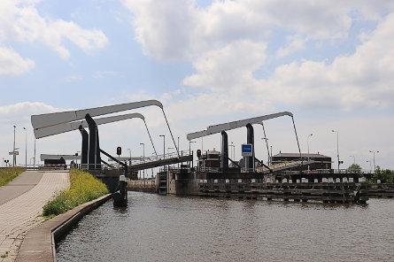 Foto Julianasluis, brug over binnenhoofd