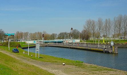 Foto brug over buitenhoofd Middensluis IJmuiden,