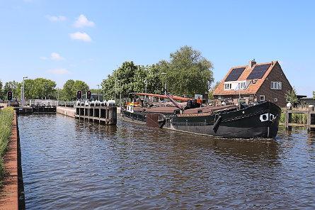 Foto Tolhuissluis, voetbrug over benedenhoofd